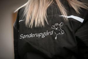 Broderi af logo på tøj - her Sønderupgård broderet på ryg på vinterjakke.